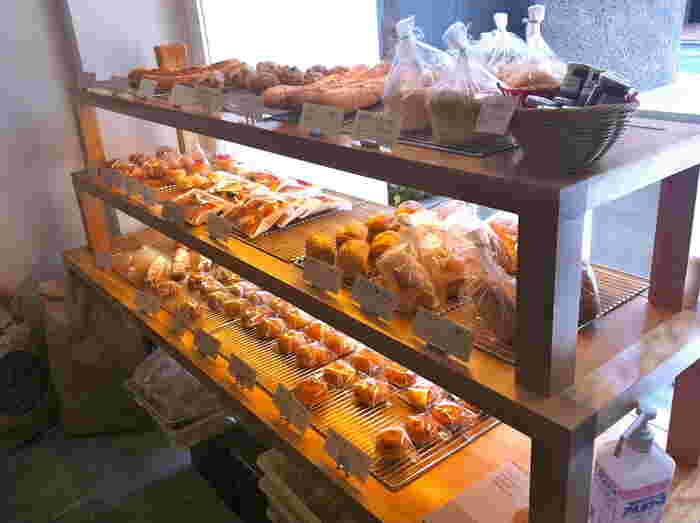 パンは約30種類あってバリエーション豊かなので、何を食べようか考えるのも楽しみのひとつ。思わずいろいろと試したくなる小ぶりのパンが揃っています。人気のものは午前中に売り切れることもあるので、お早めに!