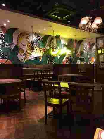 オリエンタルでおしゃれな雰囲気の餃子専門店「タイガー餃子会館 宇田川町店 」。壁に大きく描かれた虎が目を引きます。