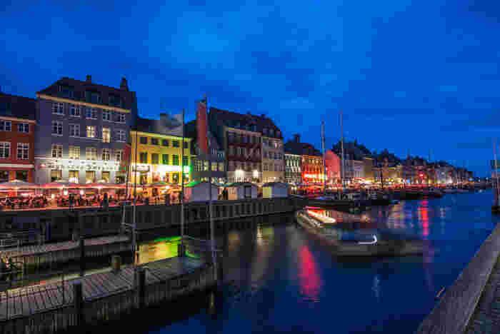 冬が長く夜も長い、気候的に恵まれているとは言いにくいデンマーク。でも、その環境の中で暮らしを楽しみ、幸せな心の状態を生み出している「ヒュッゲ」。  デンマークの人達の気質や文化、考え方など、「ヒュッゲ」を感じる具体的なヒントをあげて、日本でどう取り入れていけばいいかを考えてみませんか?