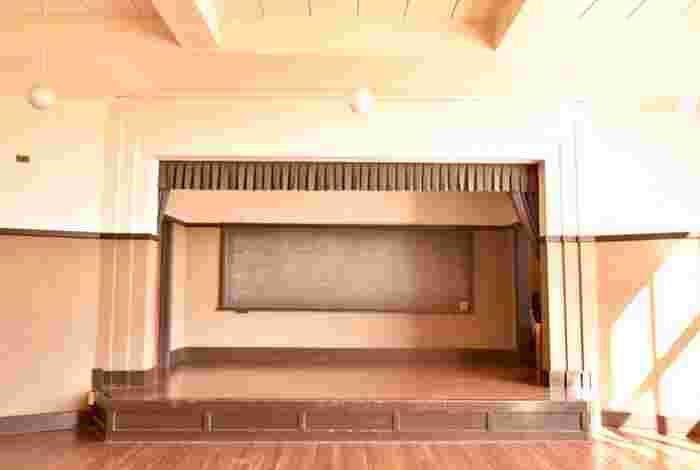豊郷小学校の設立者は大手総合商社「丸紅」の専務で豊郷の出身者である、古川鉄治郎氏。設計者は米国人のウィリアム・メリス・ヴォーリズです。ヴォーリズはリップクリームのメンタームで知られている「近江兄弟社」の設立者としても有名ですが、日本に多くの建築物を残したことでも知られています。