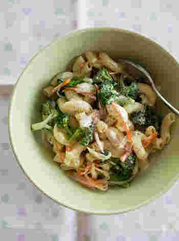 マカロニサラダ×カレー味という、みんなが大好きな組み合わせ。ブロッコリーは小さく刻むことで、マヨネーズやスパイスがよく絡んで食べやすくなります。
