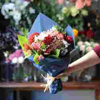 """プレゼントの定番は、何と言っても「お花」。""""赤""""でアレンジしやすいのも嬉しいですよね。生花だけでなく、長く飾れるプリザーブドフラワーも人気です。"""