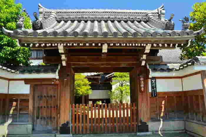 八木邸、壬生寺からすぐの場所にある「新徳寺」。このお寺には入ることができませんが、ここは新選組が結成されたきっかけの場所なんです。清河八郎によって京都に集められた志士たちが、倒幕の意思を持つ清川から離反。その離反したメンバーが、のちの新選組となったのです。