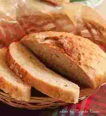 ストウブで、パンも焼けるなんて♪  休日のブランチに、焼きたてのパン。それだけで優雅な気分に浸れそうですね。