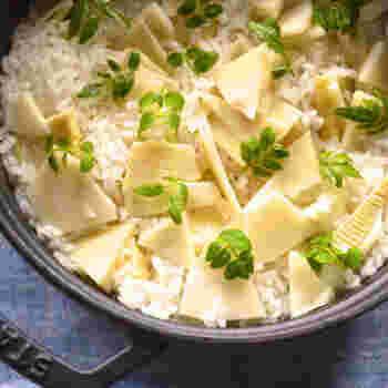 春を象徴するたけのこご飯。白しょうゆや酒(日本酒or白ワイン)などの調理料を入れたポリ袋に水煮たけのこを入れ、しっかり下味をつけてからご飯と一緒に炊きます。木の芽のアクセントがあるとさらに春らしさが演出できる♪