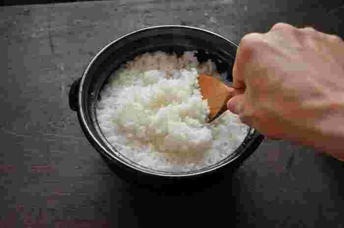 """土鍋でご飯を炊くと、じっくりと熱が伝わり、炊飯器で炊くよりも""""ふっくらもっちり""""そして何より""""香りよく""""炊き上がるのが特徴。料亭や料理屋さんなどでも、土鍋で炊いたご飯を〆の定番にしているところなどもあり、その美味しさは折り紙つき。 ここでは、土鍋を使った基本のお米の炊き方をご紹介したいと思います。  【材料】 米:2合(360ml/300g) 水:440ml程度"""