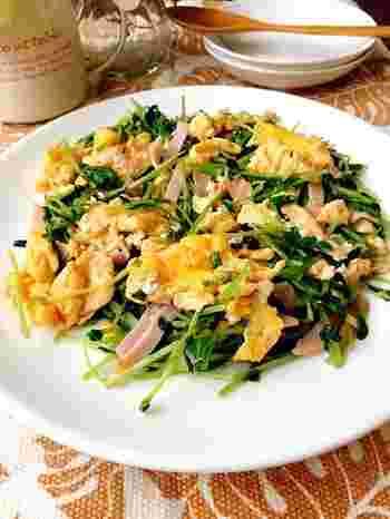 豆苗とハム、卵で栄養のバランスも良いスピードおかずです。味付けを頭に入れておけば、忙しい朝の時間にもささっと作ることができますね。