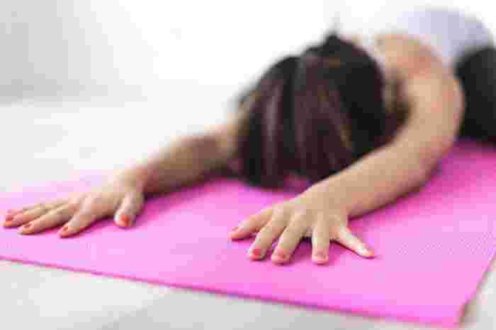 マッサージの他にも、ヨガで身体をほぐすのもおすすめ。自分の身体や心と向き合う時間にもなりますよ。