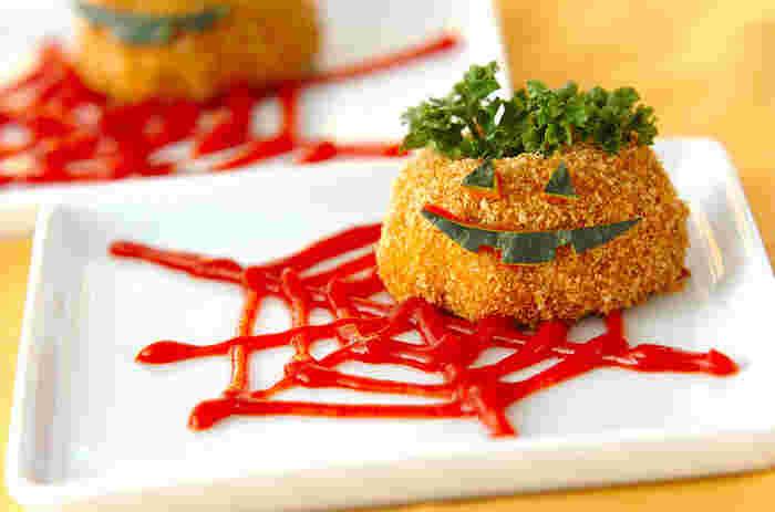 ケッチャップの蜘蛛の巣や、かぼちゃの皮でジャック・オー・ランタンの飾り付けを。いつものコロッケが立派なハロウィンの主役に。