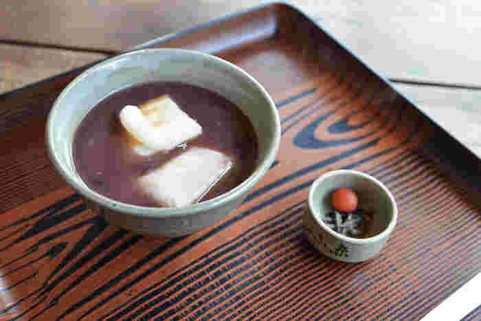 冬になると、赤福の上品な甘さのお汁粉に焼いたお餅が入った「赤福ぜんざい」が食べられます。