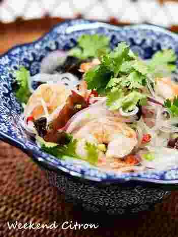 台風の春雨サラダ、ヤムウンセン。レモン汁をたっぷりと加えることで、爽やか風味でさっぱりといただけます。エビや紫玉ねぎ、香菜で彩りも綺麗なのでおもてなしの前菜にもぴったり。