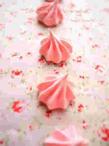 甘酸っぱい苺のエッセンスを使った焼きメレンゲ。今の季節にピッタリで、可愛らしいピンクもテンションが上がりますね。紅茶などに添えると、とてもおしゃれ。