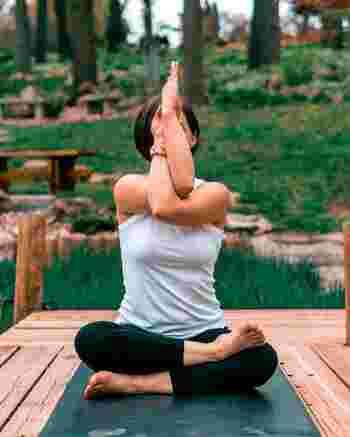 僧帽筋をはじめ、ここに関連する肩甲骨や背中などを動かすよう意識して、肩周辺の血行を良くすることが凝り緩和のためには大切です。 また胸側の筋肉も縮んでいる状態なので、肩を開くためにストレッチなどを行ってプローチすると、いっそう巡りが良くなるでしょう。