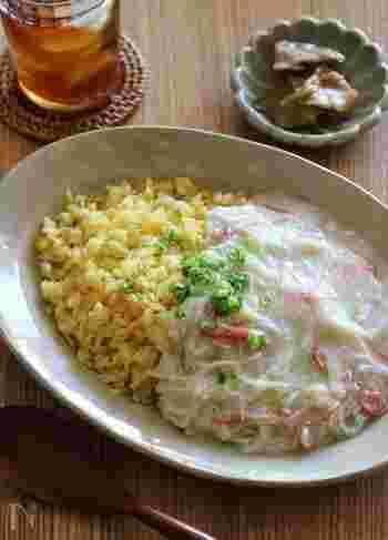 真っ白な餡が目を引く、餡かけチャーハンのレシピ。卵黄はチャーハンに、卵白は餡に使うので、黄色と白のコントラストが綺麗ですね。お昼ごはんにおすすめです!