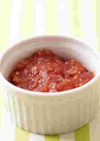 こちらのトマトソースは、電子レンジだけで作れる超簡単レシピ。洗い物がでないのもうれしいですよね!まずは火の通りにくいタマネギからチンします。そのあと、そこに他の具材を加えて加熱。あとは塩と黒コショウで味を整えてできあがりです。簡単でしょう?冷凍保存もOKですよ。
