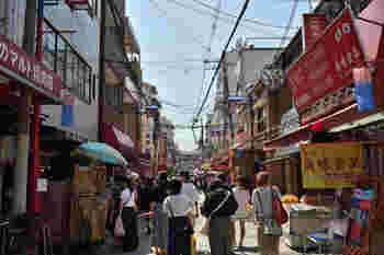 JR桃谷駅から徒歩10分ほど、大阪なのに韓国に遊びに来たような気分になれるのが、【コリアンタウン】と呼ばれる御幸通(みゆきどおり)商店街。韓国食品や韓国コスメなど、あらゆるお店が軒を連ねる人気スポットです。