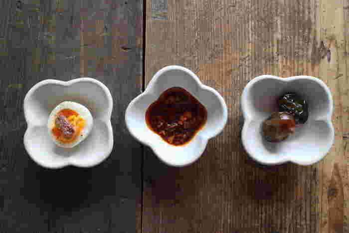 異なる小さなおかずやタレを、同じ豆皿に乗せるとき。ひとつだけ置く向きを変えてみると、それだけでぐっと食卓の表情が変わります。小さな豆皿ならではのテクニックですね♪