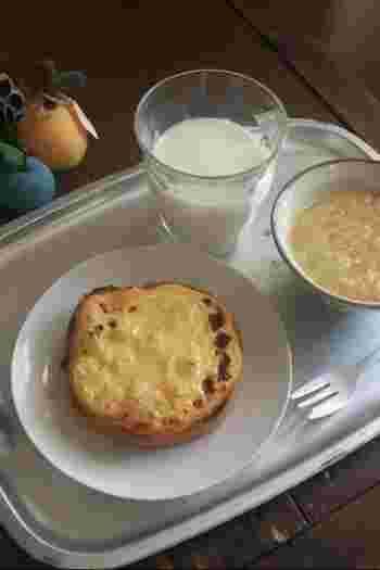 水切りしたヨーグルトとハチミツ、卵黄を混ぜて食パンに塗れば、チーズケーキのような味わいに。 朝食にトーストとヨーグルトを食べるという人は、混ぜてみるのもオススメです。
