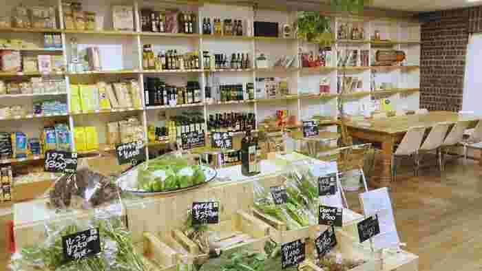 こちらが野菜コーナー。まるで海外のグローサリーを訪れたような気分になりますね♪珍しい野菜やカラフルな野菜など、特別な日の献立に取り入れてみては?