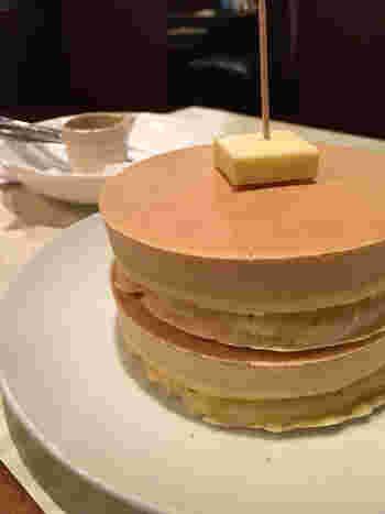 銅板でゆっくり焼き上げるホットケーキは2枚セット。ほんのり甘くてずっしりとした生地は、カットする時の手ごたえもかなりあります。外はカリカリ、中はふんわりとしていておうちでは作れないプロの味が堪能できます。ボリューム満点ですが、ぺろりと完食してしまうほどのおいしさです。
