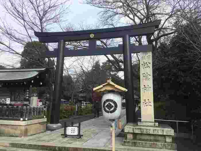 東京都世田谷区にある松蔭神社は、幕末時代の教育者として現在でもファンの多い吉田松陰先生が祀られている神社です。東急世田谷線の「松陰神社前駅」から徒歩3分程の場所にあります。毎年10月には松陰神社を中心として「世田谷幕末維新祭り」が行われるなど、歴史好きにはたまらない場所でもあります。