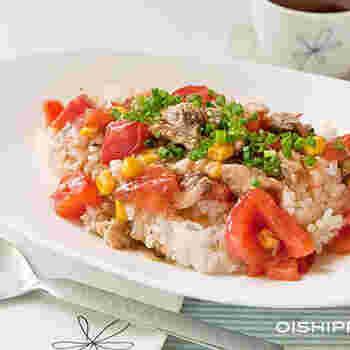 サバ缶とトマト、ありあわせの野菜で作る中華風のどんぶり。サッと作れておいしくて、冷蔵庫の食材整理にもなるお役立ちレシピです。彩りがいいから、気分も上がりそうですね♪