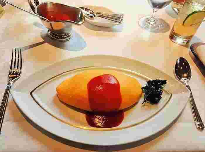 トマトソースは鶏ガラを煮出したフォン・ド・ヴォライユから作られたもの。お店の人がソースをかけることによって、美しい作品が完成します。
