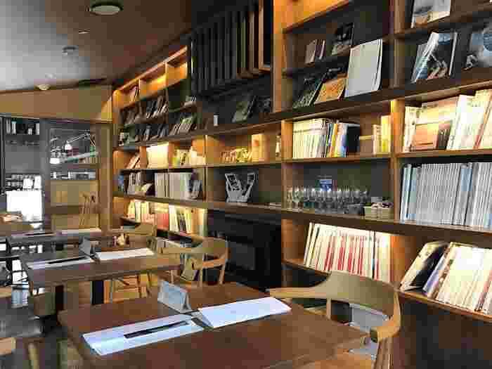 落ち着いた雰囲気の店内には、本や雑誌が並んでいるので、一人で行ってもゆったりとした時間を過ごせそう。
