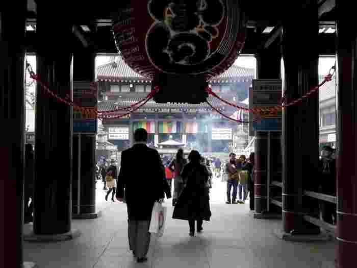 初詣は神社とお寺、どちらに行っても構いません。初詣は、住んでいる場所の守り神や菩提寺への新年のあいさつですから、神様でも仏様でもいいのです。ちなみに、関西では神社への参拝が一般的ですが、関東では寺院に参拝する人も多いです。