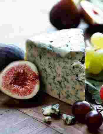 ブルーチーズとは「青カビ」のチーズのこと。このカビがピリっとした辛みを持ち、白い部分がとってもクリーミーなチーズ。塩分が多いのでハチミツや果物など、甘みのあるものと一緒に食べることでその刺激が少し和らぎます。