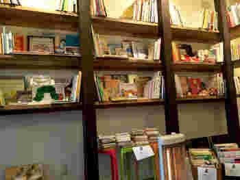 絵本を中心とした古書はオーナーが1冊1冊選りすぐったもの。 また、本の売り上げの一部はNPO法人を通して子供達の支援に役立てられています。
