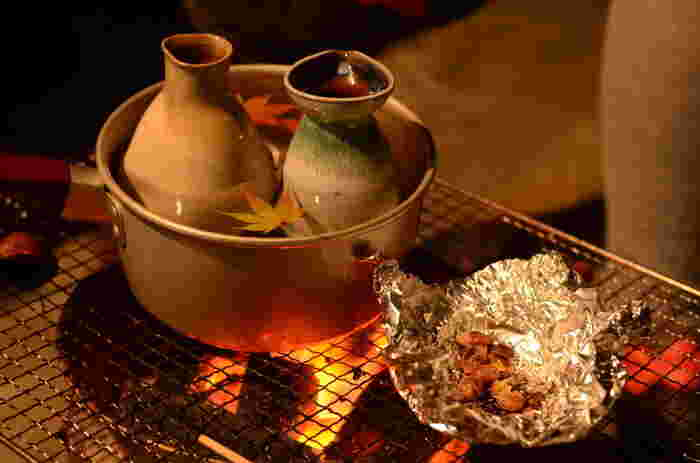 お湯をはった鍋にとっくりを入れてあたためる方法です。とっくりにラップをすると香りが飛びにくいです。 1. とっくりの下半分が浸るくらいの量の水を鍋に入れます。 2. とっくりを取り出してお湯を沸かします。 3. 水が沸騰したら火を止めて、お酒が入ったとっくりを浸し、お酒が好みの温度になるまで待ちます(2〜3分)。