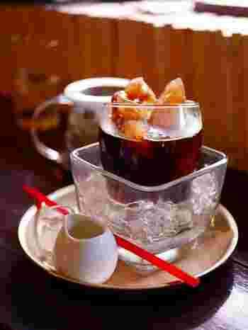 こちらは限定のアイスコーヒー。クラッシュアイスにグラスをのせて、コーヒーで作られた氷にホットコーヒーを注いだ出来立てのアイスコーヒーを楽しむことができますよ。
