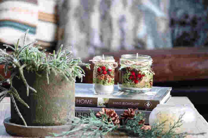松ぼっくりや赤い実などを瓶に詰めるだけで、クリスマスの世界観を表現できます♪火を点けずにオブジェとして置いても美しいですね。