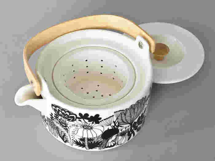 内部には陶器製の茶こしがついているので緑茶も美味しくいただけます。大きな木製の持ち手も持ちやすく、デザイン性も抜群なので、北欧スタイルのインテリアだけでなく、和のインテリアにも似合い、末永く愛用したくなるポットです。