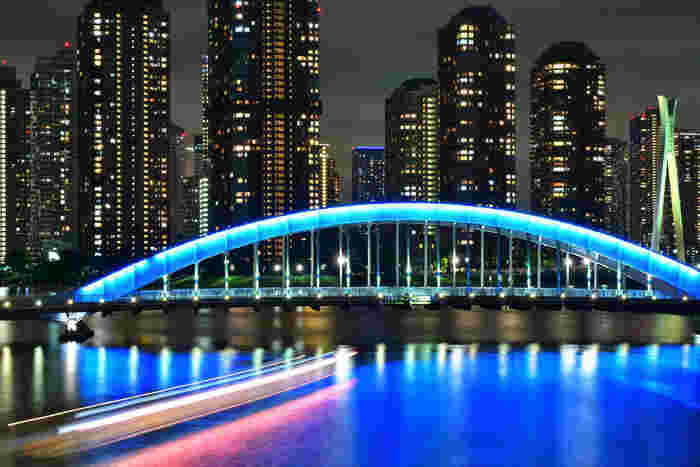 青い橋を渡る癒し。
