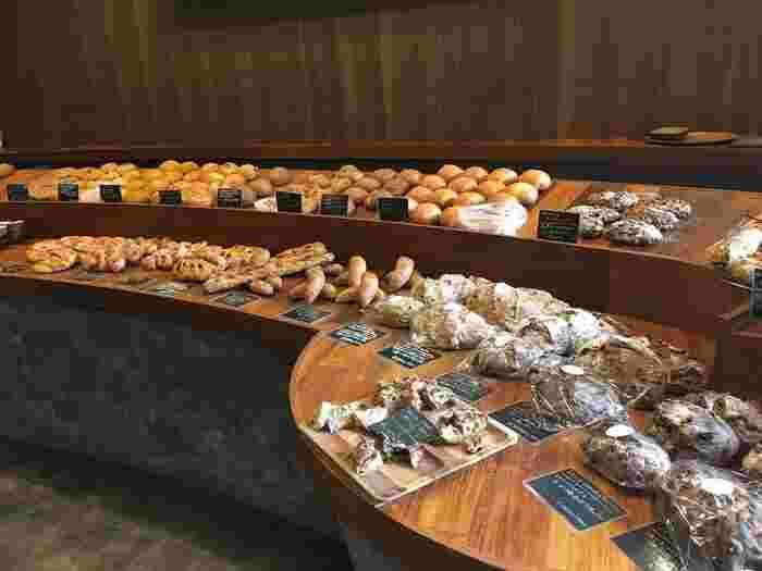 店内もとってもお洒落。スタイリッシュなテーブルにずらーり並ぶたくさんのパン。試食のパンが置いてあるのもうれしいですね。広々とした空間で、試食しながらゆっくりと選べます。奥にはカフェスペースがあり、焼きたてパンをイートインすることが出来ますよ。
