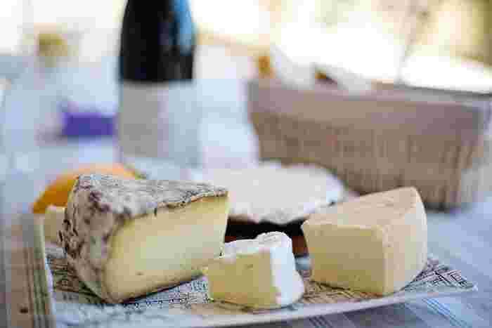 チーズは、好きなもの1種類でもOKですし、いくつか取り合わせても◎盛り合わせる場合は、食感や味わいの違うものを組み合わせましょう。枝付レーズンやドライいちじくなど、ドライフルーツを添えるのもおすすめ。