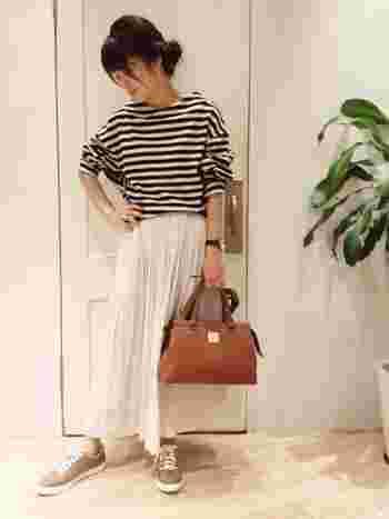 やわらかなベージュのスニーカーが、ナチュラルで白いロングスカートにぴったり。すっきり優し気なスタイル。
