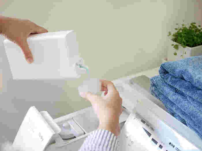 意外と時間がかかる洗濯も、夜のうちに洗濯機のタイマーをセットして干すだけの状態にしておくと、時間を節約できて便利ですよね。家事の効率化のために、朝の洗濯から夜の洗濯へと切り替えている方も多いのではないでしょうか。夜洗濯をして部屋干しすると、乾きにくかったり臭いが気になったりしますが、実は部屋干しにはたくさんのメリットがあるんですよ。