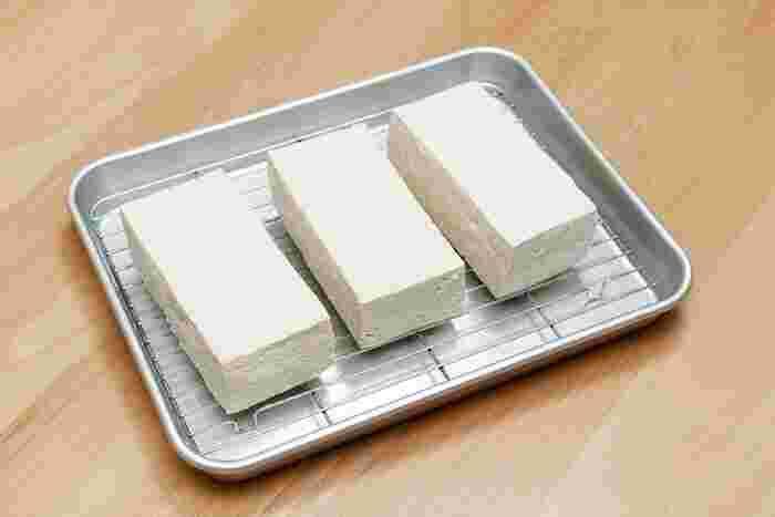 豆腐は水切りをすることで、さらに料理の幅を広げることができます。肉豆腐・揚げ出し豆腐・白和え・ゴーヤチャンプルーなどなど。理由はそれぞれですが、どれも水抜きをすることで美味しく作ることができますよ。改めて豆腐の水切りの仕方や活用レシピをおさらいしておきましょう!