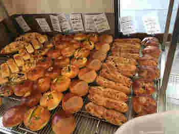 お客さんで賑わう店内には、自慢のパンがずらりと並びます。甘いパンから惣菜パンまで、種類もいろいろ。こちらのお店には、イートインスペースが設けられています。店内、テラス席と両方があるので、お天気の良い日にはテラス席でパンを食べるのも気持ちが良さそうですね。