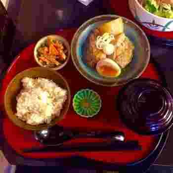 えんがわカフェは京都のお麩屋さんが展開するお店のため、ヘルシーで体に優しいごはんを楽しむことが出来ます。純和風の定食はもちろん、和素材を使ったグリーンカレーやキッシュなども人気です。