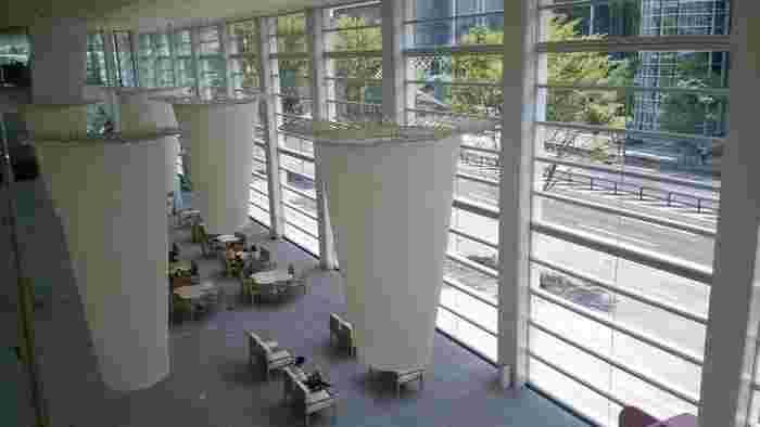 光を取り入れた明るい館内には、「café Charité(カフェ シャリテ)」があり、天井には須藤玲子さんの「ユーラシアの庭『水分峠の水草』」が吊り下げられています。