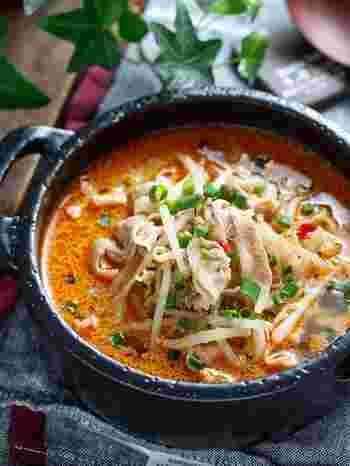 寒い季節にぴったりの、うま辛&コクうまなごま味噌スープ、豚バラともやしをサッと炒め、スープを注いで1〜2分煮るだけと、作り方も簡単でスピーディー。 旨味たっぷりなので、ゴクゴクと飲み干しちゃうこと間違いなし!