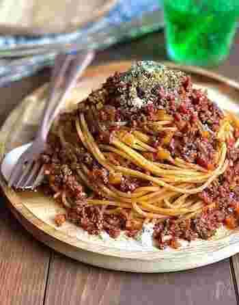 国内の野菜が高騰していても、海外から輸入されているトマト缶は未だに安価に手に入ります。この時期はトマト缶をたくさん使ったレシピに挑戦してみましょう。まずは、一皿で完成するパスタはいかがですか?フライパン1つで簡単に作れる本格ボロネーゼは、覚えておけばランチやディナー、突然の来客時に大活躍します!