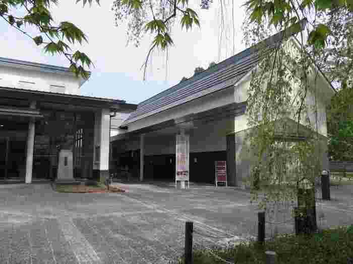 出版社の新潮社の創設者、佐藤義亮氏は、角館町の出身です。その功績を世に広めるため、2000年に「新潮社記念文学館」は開設されました。新新潮社や日本文学の足跡を辿るほか、本を読むスペースがあってのんびり休憩できる場所です。