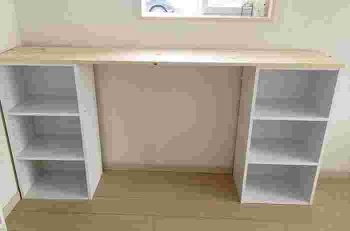 手間を省いて簡単にキッチンカウンターを作るなら、「カラーボックス」と「天板」を組み合わせたDIYがおすすめです。カラーボックスを台として利用して、両側に置いたり、隙間なく詰めて置いたりと自由に組み合わせられる点も魅力。  カラーボックスと天板の組み合わせをベースにアレンジすれば、収納力のある本格的なキッチンカウンターも作れますよ。