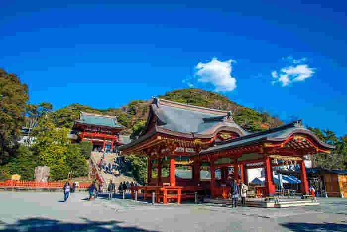 鎌倉観光名所としても、パワースポットとしても有名な場所「鶴岡八幡宮」。 鎌倉の中心に建っているのには理由があり、鎌倉幕府を開いた際に今の場所に移動され、ここを中心に鎌倉の町が作られていったからだそう。鎌倉に来たらまずは訪れたい場所のひとつです。