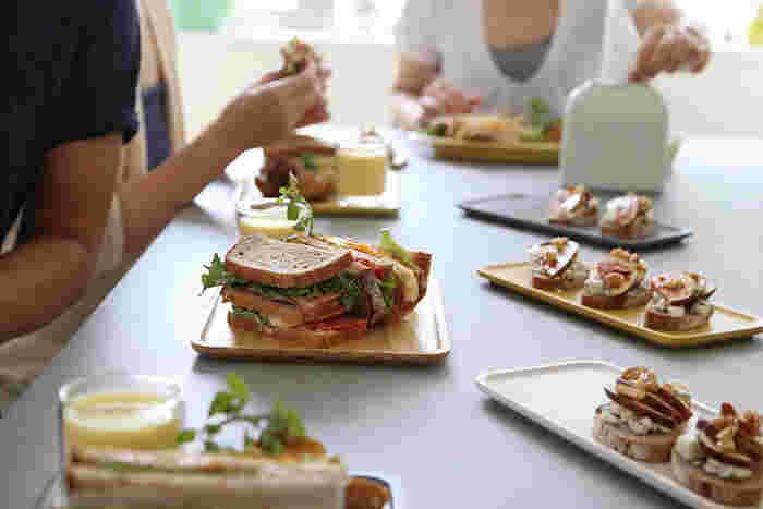 食事にインテリアにと幅広く使えるトレイ。 さりげなく添えるだけで雰囲気がグッと変わるのがお分かりいただけたでしょうか?自分なりの色々な使い道を考えてみて下さいね!